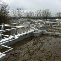 Guardrail on parapet